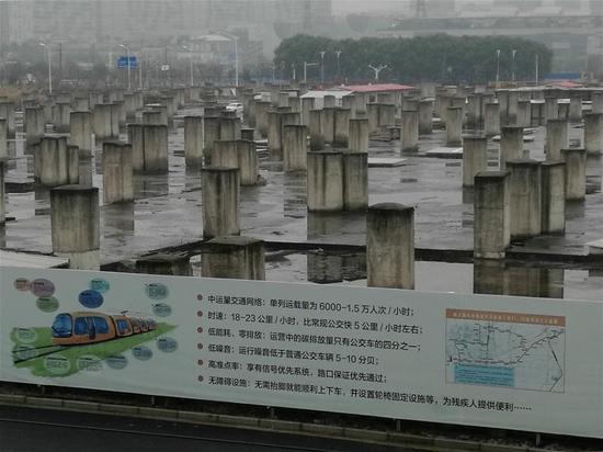 """数百座水泥""""墓碑""""就在有轨电车2号线旁。"""