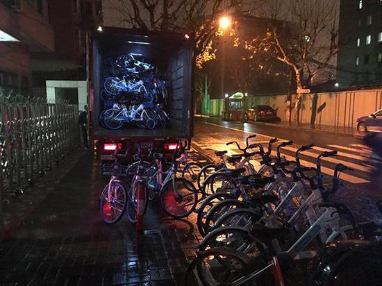 2019年1月9日晚,网友看到哈啰单车在中华新路附近投放新车。图片由网友 提供