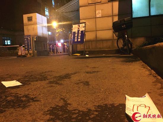 图说:高校门口放置的禁送外卖警示牌形同虚设 新民晚报记者 陈浩 摄(下同)