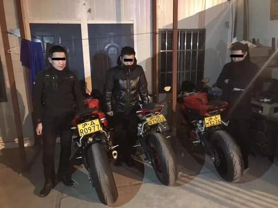三男一女驾驶改装摩托炸街闯禁区 分别被罚款记分
