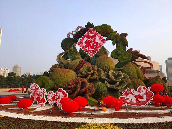 """人民广场的""""秋实满园""""大型立体花坛"""