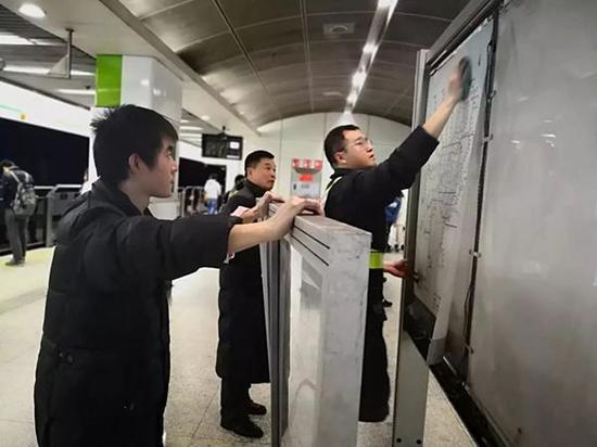 上海地铁世纪大道站职工逐一对导向牌进行保洁。上海地铁 供图