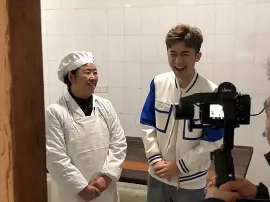 严阿姨(左)向媒体介绍自己的八宝饭(采访对象提供)