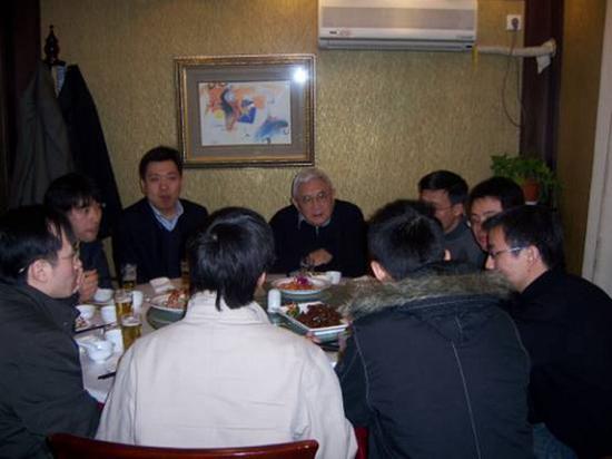 图说:2007年阮雪榆院士与留校同学共进午餐欢度新春