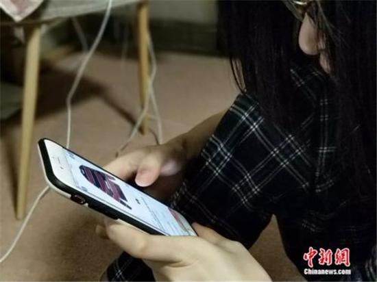图说:消费者正在使用手机购物。