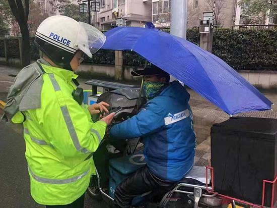 浦东交警公布外卖骑手违法黑名单 下架拉黑超分骑手
