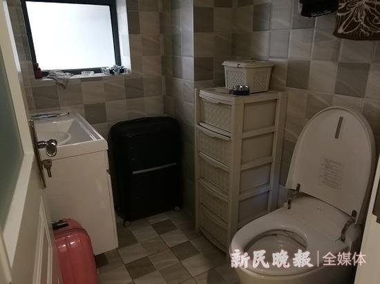 市民入住新房问题不断:马桶散发异味、地板渗水发黑