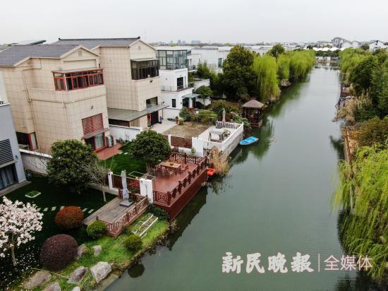 图说:东方庭院小区内业主私搭的亲水平台 新民晚报王凯 摄