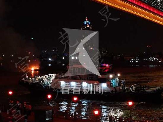 黄浦江上船只起火 2人被及时疏散获救