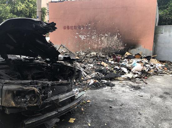 图说:车辆和建筑垃圾都被严重烧毁
