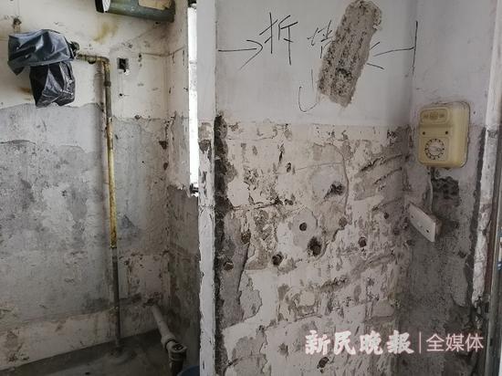 图说:标注要拆的为混凝土培体之一 来源/新民晚报记者 罗水元 摄
