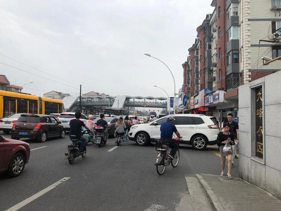 △早高峰南九峰小区的车辆被堵在小区内出不去。