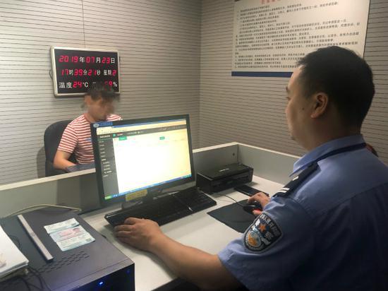 图说:嫌疑人陈某因涉嫌猥亵,被上海铁路警方依法行政拘留5天。刘晓宇 摄