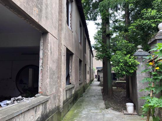 △宿舍楼后方的通道,是附近居民的必经之路。上方时不时掉落的瓦片让居民胆战心惊。