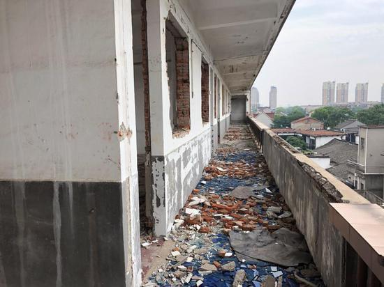 △两年前施工队拆除门窗和栏杆产生的大量建筑垃圾都留在了走廊里和靠窗处。