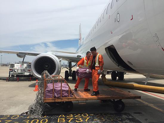 骄阳下飞机坪达到60℃ 机场一线员工铁板烧功课