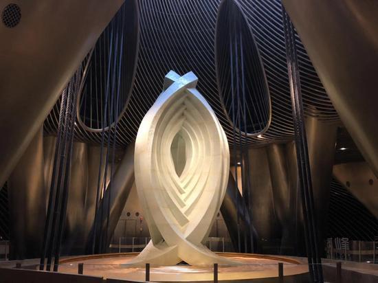 """位于上海中心大厦的""""上海慧眼"""",它的下方就是重达1000吨的阻尼器。 戚颖璞 摄"""