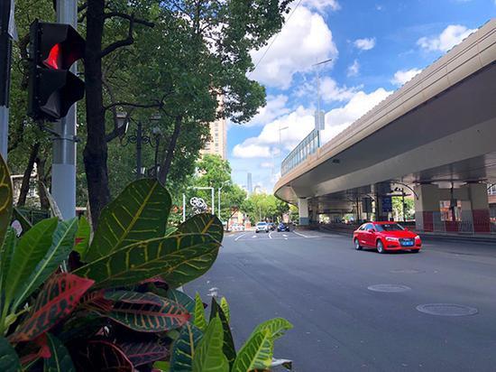 2019年8月11日下午,上海静安区展览中心附近远眺浦东方向,重现蓝天白云美景。 蒋立冬 摄