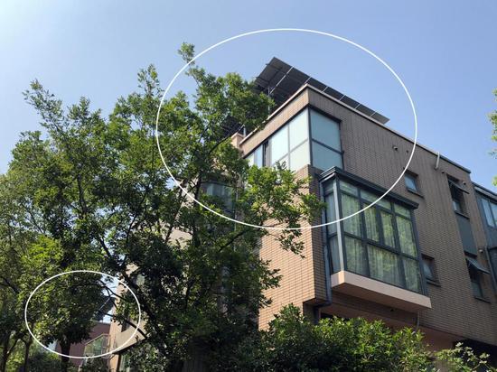 别墅居民在屋顶装2米高太阳能电池板城管:非违法搭建