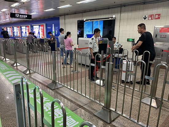 2号线南京西路站安检口情况。 本文图均为 澎湃新闻记者 朱奕奕 图