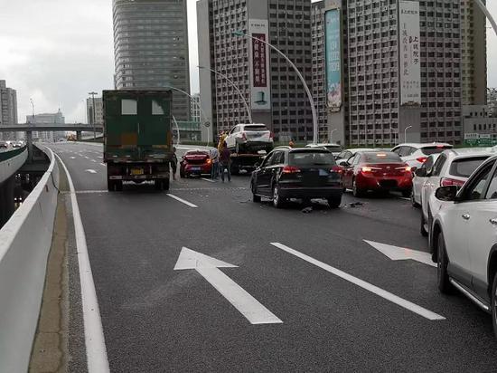 图说:中环内圈大柏树立交附近四车连撞 来源/上海交通广播微博