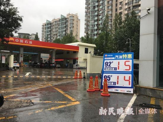 图说:加油站降价 新民晚报记者 叶薇 摄(下同)