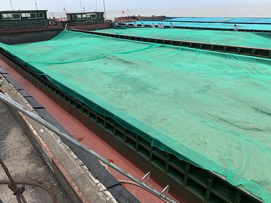 运沙船暴露的非法采砂。长江航运公安局上海分局 供图