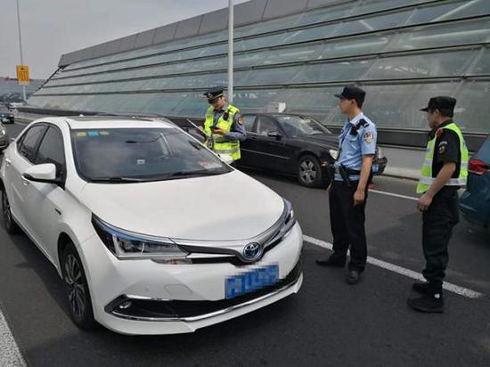 2019年9月3日上午8时25分,交通执法人员在上海市定安路附近查获一辆注册在滴滴的非法网约车。上海市交通委执法总队 图