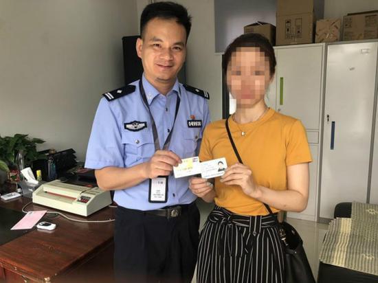 图说:林女士在松江公安分局出入境办公室取回比自己早回家的身份证和银行卡。松江公安分局 供图