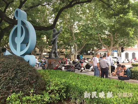 图说:徐汇区聂耳音乐广场和聂耳雕像被大量打牌者和非机动车包围 新民晚报记者 陈浩 摄(下同)
