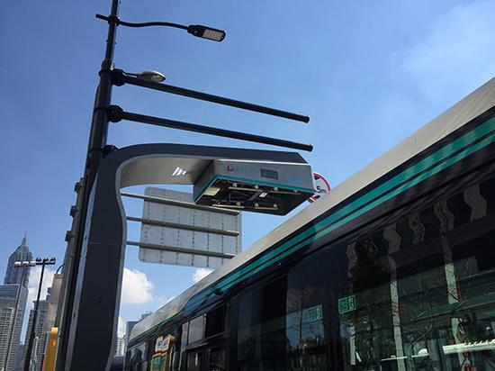 车顶上方是新的智能充电弓。