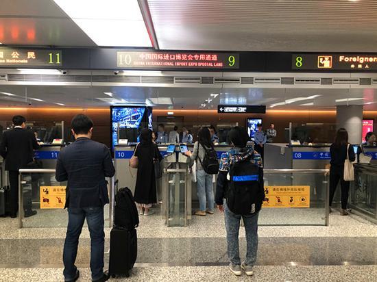 图说:国庆期间,虹桥机场出入境客流有序通行。冯峥嵘 摄