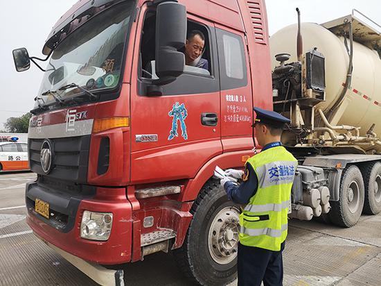 10月11日,上海市交通委开展超限运输车辆集中整治行动。