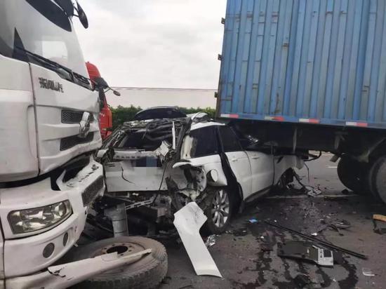 G1503近嘉松北路出口5车追尾 现场2名驾驶员受伤较重