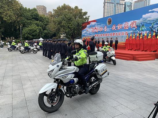 上海黄浦警方在黄浦公园内举行公安铁骑队组建出征仪式。本文图片 澎湃新闻记者 朱奕奕