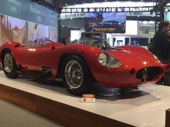 1957年的玛莎拉蒂450S,是有史以来最传奇的跑车之一,也是那个时代速度最快,造型最漂亮的赛车之一。