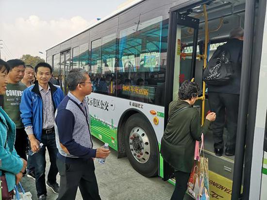 乘客搭乘示范区区域公交。澎湃新闻记者 何颖晗 实习生 陈少颖 图