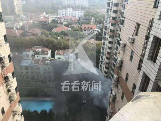 上海一小区地库非机动车突然起火 浓烟滚滚惊扰居民