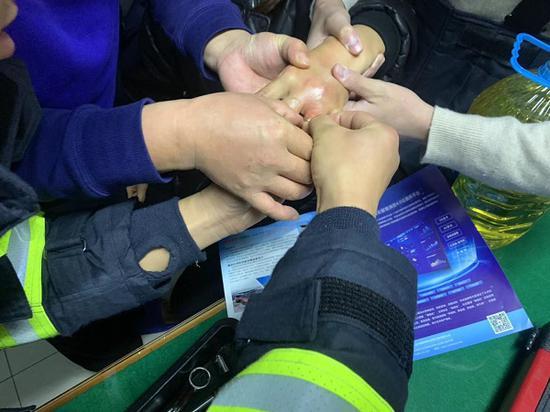 女子手指被价值10多万戒指卡住 凌晨3点向消防队求助