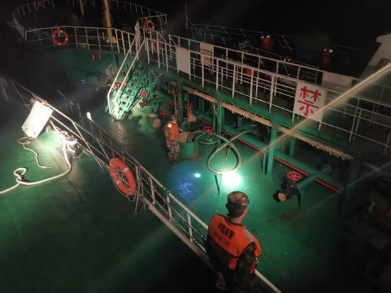上海海警局一夜抓获两艘涉嫌走私油船舶 案值约700万