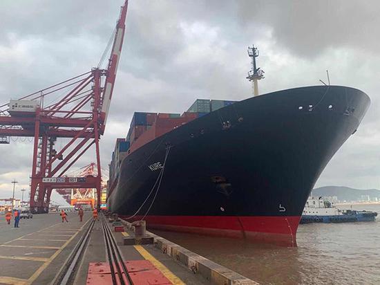 装载着378集装箱车厘子的中远海库拉轮靠泊洋山港。 本文图片均为付志清 图