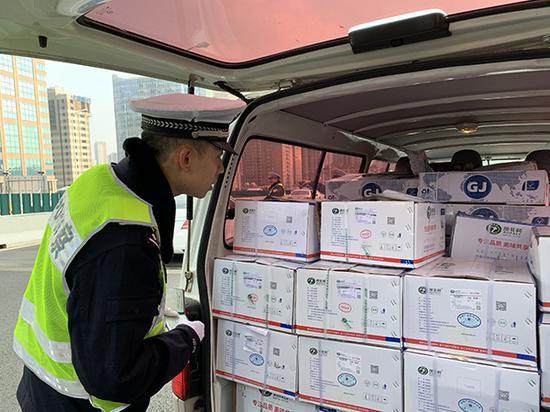 交警查获一辆小客车装满了成箱的羊肉。