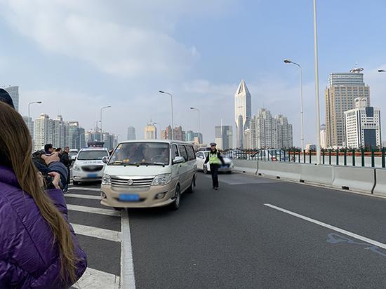 """交警在上海的南北高架上查处""""客运货""""。本文图片均为澎湃新闻记者 朱奕奕 图"""