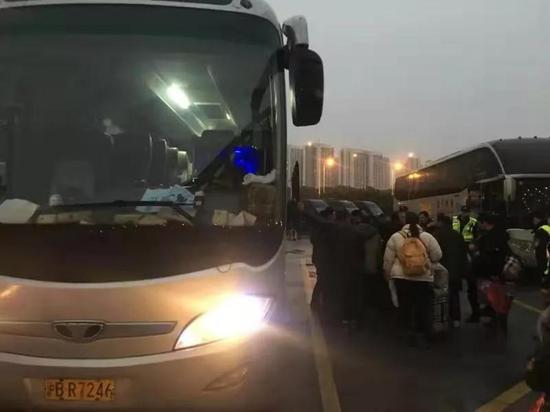 2沪牌客车非法拉客 沪苏执法部门跨省联动查处违法车辆