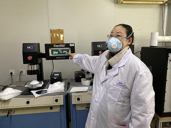 上海港凯的技术负责人王艳正在实验室里检测KN95口罩的吸气阻力、过滤效率等指标。