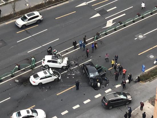 59岁须眉在上海驾车操作欠妥 撞对向车道2辆轿车致4伤