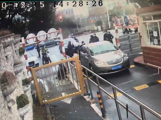 上海又一路女子藏后备厢 因嫌办证麻烦想偷偷回小区