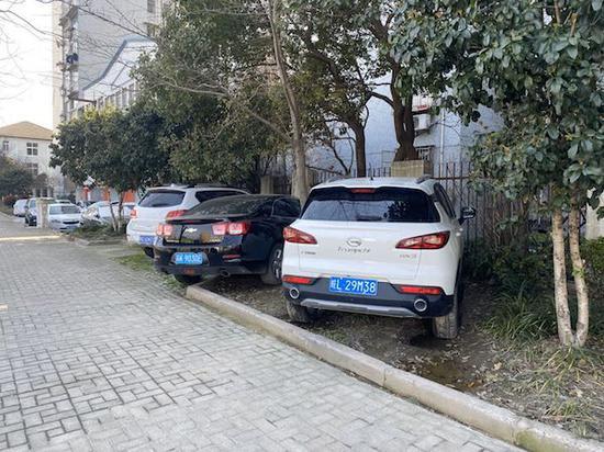 图说:军工路平凉路路口的绿化带成了停车场 新民晚报记者 陈浩 摄(下同)