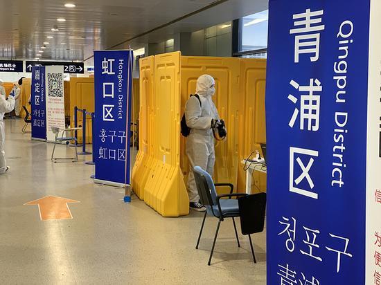 2020年3月20日,浦东机场2号航站楼入境游客集散点。 本文图片均为澎湃新闻记者朱奕奕 图