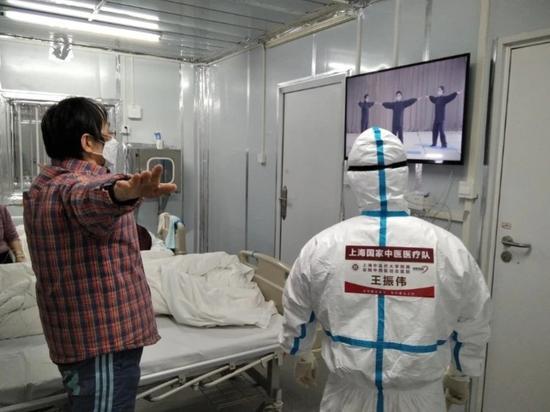 雷神山医院患者随上海医生练功治病:睡眠改善心情愉悦
